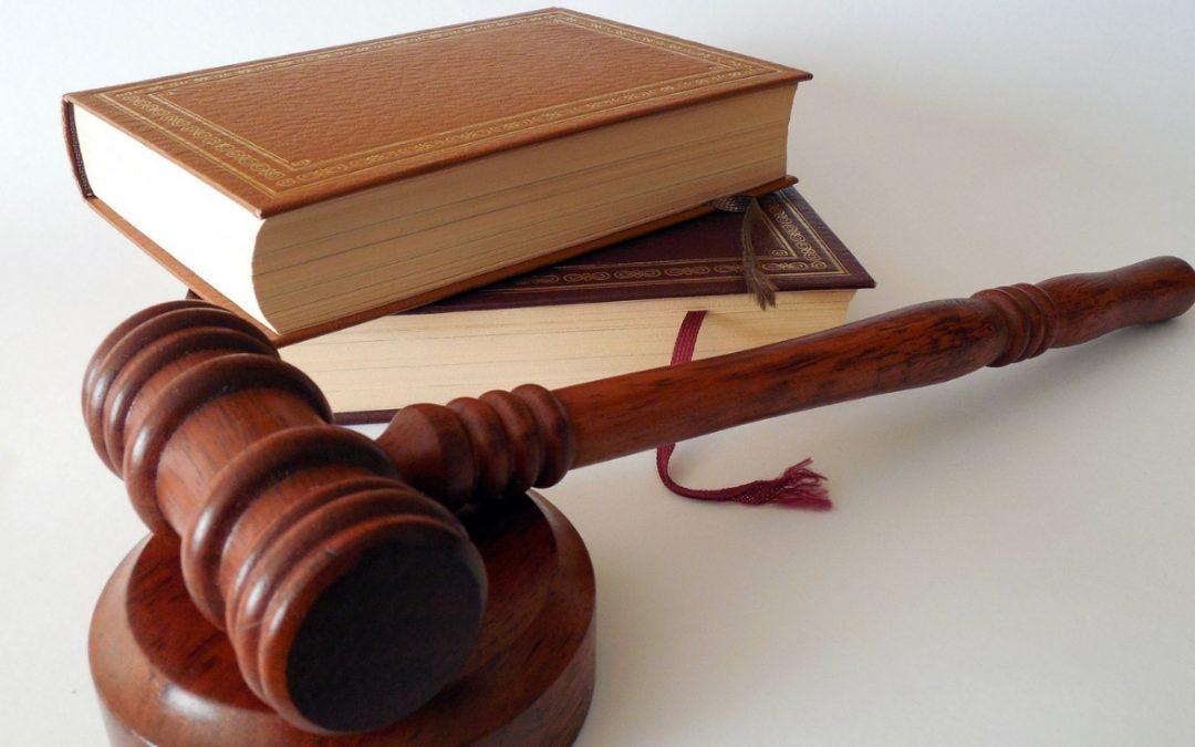 La independencia del poder judicial en Chile : Amenazada por dos fuegos